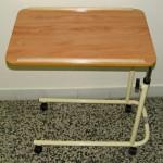 jídelní stolek k lůžku pojízdný